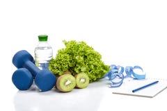 Consumición, dieta y detox sanos pesas de gimnasia, agua del kiwi Foto de archivo libre de regalías