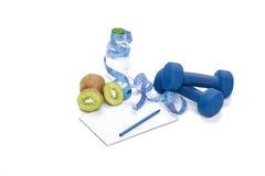 Consumición, dieta y detox sanos pesas de gimnasia, agua del kiwi Imágenes de archivo libres de regalías