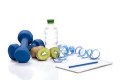 Consumición, dieta y detox sanos pesas de gimnasia, agua del kiwi Fotografía de archivo libre de regalías