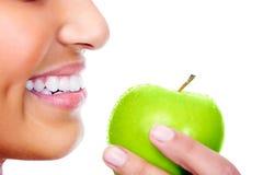 Consumición feliz de la manzana Foto de archivo libre de regalías