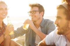 Consumición feliz de los amigos Imagen de archivo
