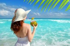 Consumición fresca de la mujer de la playa del coctel del coco Imagen de archivo