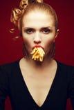 Consumición malsana Concepto de la comida basura Retrato de los Arty de la mujer con las fritadas Foto de archivo
