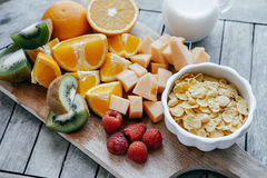 Consumición sana, adietando, comida vegetariana Cuenco blanco con el maíz F Imágenes de archivo libres de regalías