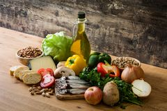 Consumición sana Cebolla verde oliva Fruta, verduras, grano, aceite de oliva de las nueces y pescados imágenes de archivo libres de regalías