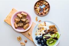 Consumición sana con la palma datilera, uva, kiwi Imagenes de archivo