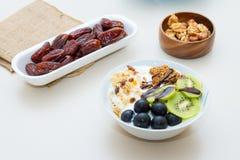 Consumición sana con la palma datilera, uva, kiwi Fotos de archivo