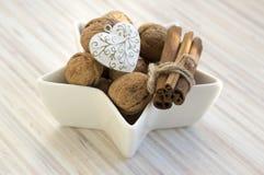 Consumición sana, diversas nueces en un cuenco blanco, tabla asteroide, de madera, decoración de la Navidad imagen de archivo libre de regalías