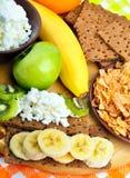 Consumición sana Fruta fresca, copos de maíz y panes secos con la cuajada Imagenes de archivo