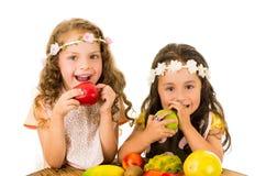 Consumición sana hermosa de las niñas deliciosa Foto de archivo libre de regalías
