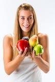 Consumición sana, mujer con las frutas y verduras Fotos de archivo libres de regalías