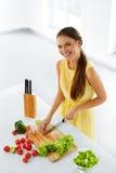 Consumición sana Mujer que cocina la ensalada vegetal Dieta, forma de vida Imágenes de archivo libres de regalías