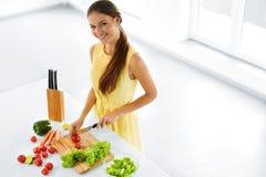Consumición sana Mujer que cocina la ensalada vegetal Dieta, forma de vida Foto de archivo libre de regalías