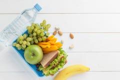Consumición sana para los alumnos en el fondo de madera blanco Imagen de archivo libre de regalías