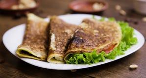 Consumición sana para los huevos revueltos del desayuno con la harina de avena, jamón y queso, lechuga y tomates dentro Imágenes de archivo libres de regalías