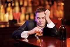 Consumición bebida joven del hombre Imagenes de archivo