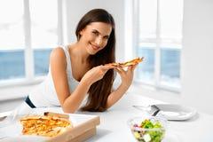 Consumición de la pizza Mujer que come la comida italiana Nutrición de los alimentos de preparación rápida Li Fotos de archivo