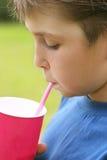Consumición de un milkshake Foto de archivo libre de regalías