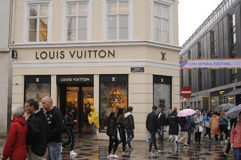 Consumidor com sacos de compras de Louis Vuitton Fotografia de Stock