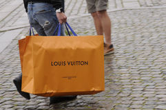 Consumidor com sacos de compras de Louis Vuitton Imagem de Stock Royalty Free