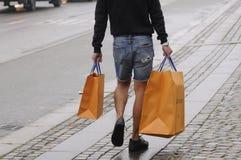 Consumidor com sacos de compras de Louis Vuitton Fotos de Stock