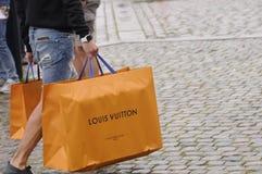 Consumidor con los panieres de Louis Vuitton Imagen de archivo