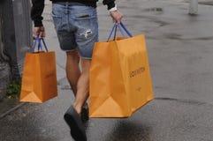 Consumidor con los panieres de Louis Vuitton Imagen de archivo libre de regalías