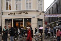 Consumidor con los panieres de Louis Vuitton Imagenes de archivo
