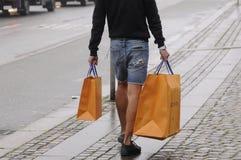 Consumidor con los panieres de Louis Vuitton Imágenes de archivo libres de regalías