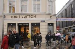 Consumidor con los panieres de Louis Vuitton Fotografía de archivo