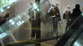 Consumidor en las escaleras móviles en alameda de compras almacen de video