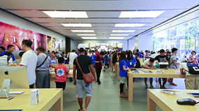 Consumidores na loja Hong Kong da maçã Foto de Stock Royalty Free