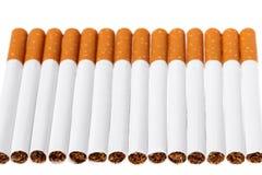 Consumo de tabaco Cierre del cigarrillo para arriba, aislado en el fondo blanco M?n h?bito nicotina El foco est? en la jeringuill imágenes de archivo libres de regalías