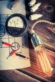 Consumo di energia di prova dalla lampadina nel laboratorio d'annata fotografie stock libere da diritti