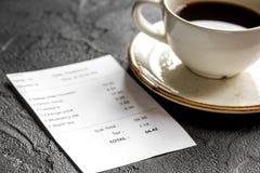 Conta, cartão e café do restaurante no fundo escuro da tabela fotografia de stock