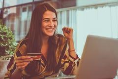 Conta corrente da jovem mulher no cartão de crédito Fotos de Stock