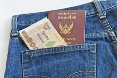 conta de 1000 bahts no bolso de brim, imagens de stock