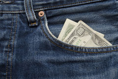 conta de dólar 100 que fura para fora de um pocke de brim Fotografia de Stock Royalty Free