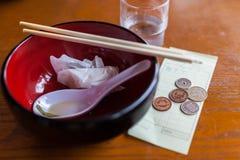 Conta do restaurante com moedas Fotos de Stock