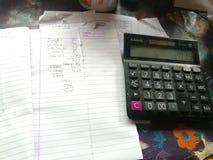 Conta e calculadora dos artigos de papelaria combinados foto de stock royalty free