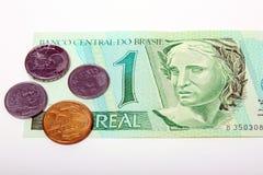 Conta e moedas do papel da moeda dos reais de Brasil Foto de Stock Royalty Free