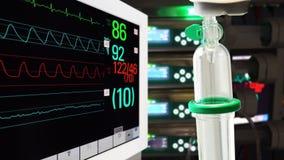 Conta-gotas e Vital Sign Monitor na unidade de cuidados intensivos com bombas da seringa filme