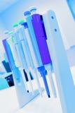Conta-gotas mecânico no laboratório. Imagens de Stock