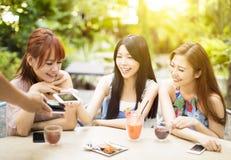 Conta pagando da jovem mulher com telefone esperto fotos de stock royalty free