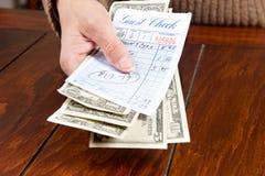 Conta pagando da mulher Imagens de Stock Royalty Free