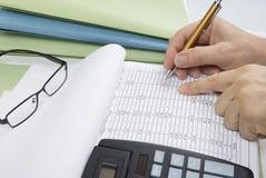 Contabile o ispettore finanziario che stendere rapporto, calcolatore o controllante equilibrio Concetto di verifica Fotografia Stock