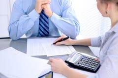 Contabili o ispettore finanziario che stendere rapporto, calcolatori o controllanti equilibrio Concetto di verifica immagini stock