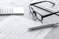 contabilidad de impuestos con la calculadora en espacio de trabajo de la oficina en la opinión superior del fondo de piedra del e Imagen de archivo