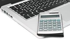 Contabilidad empresarial - calculadora y ordenador portátil Foto de archivo