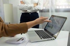 Contabilidad empresarial considerando y auditando la enseñanza Trabajo asesor fotos de archivo